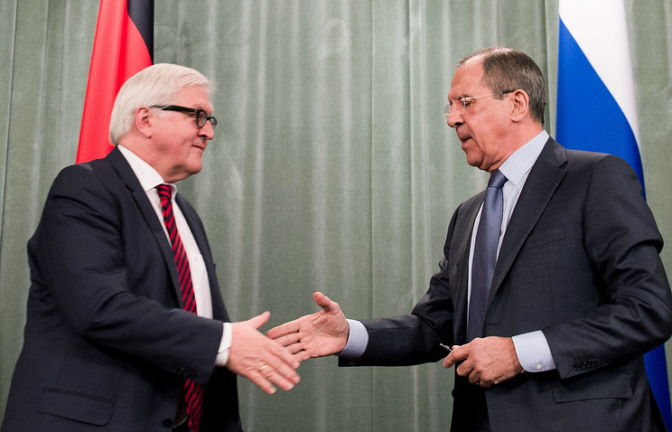 German Foreign Minister Frank-Walter Steinmeier (L) and Russian Foreign Minister Sergei Lavrov