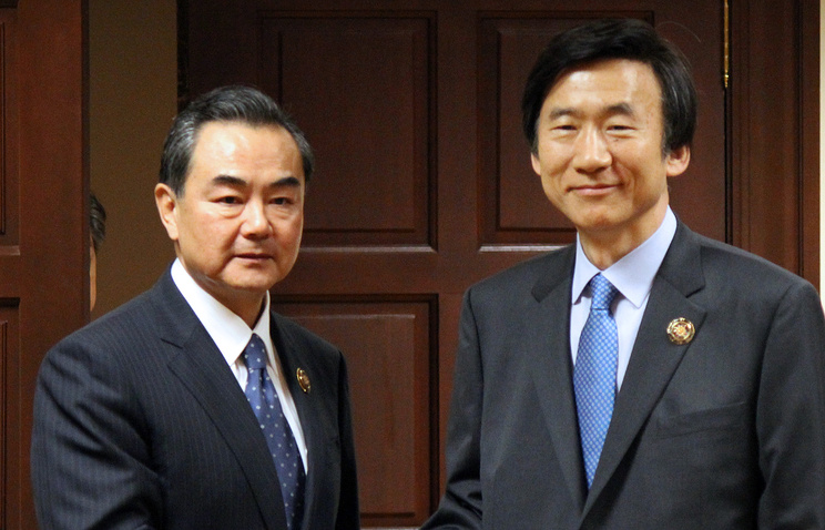 Yun Byung-se (R) and his Chinese counterpart Wang Yi (archive)