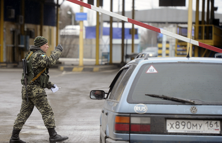 A Ukrainian guard at the border crossing with Russia