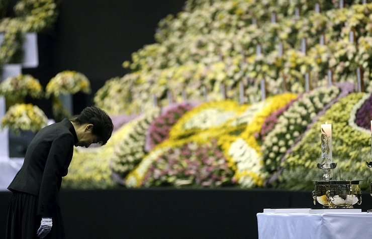 South Korean President Park Geun-hye pays respects to a memorial in Ansan