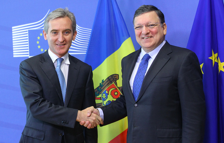 Prime Minister of Moldova Iurie Leanca (L) is welcomed by the EU Commission President Jose Manuel Barosso (R), at the European commission headquarter in Brussels, Belgium