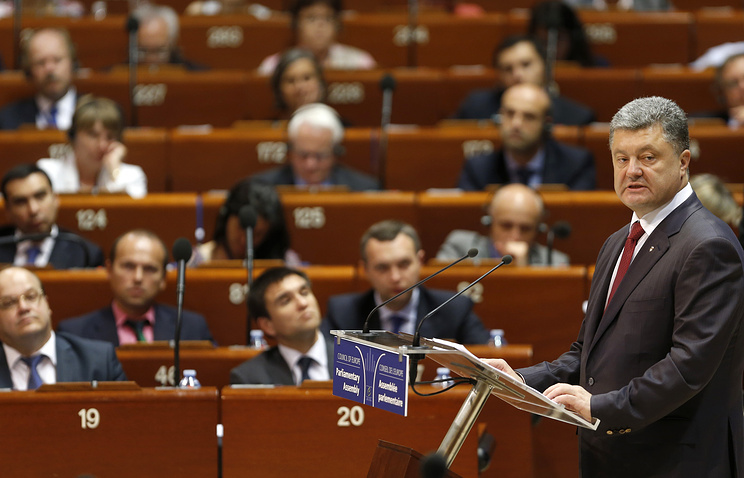 Ukrainian President Petro Poroshenko (R) delivers a speech at the Parliamentary Assembly of the Council of Europe in Strasbourg