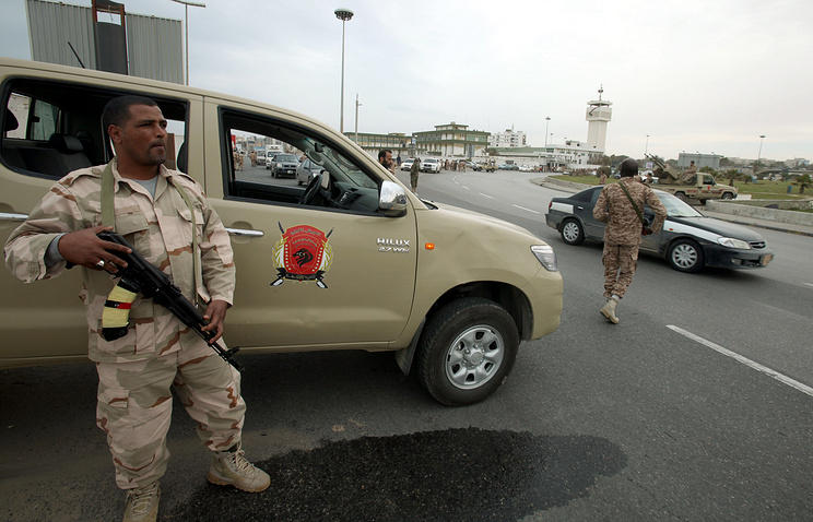 A Libyan army soldier stands guard at a street in Tripoli (archive)