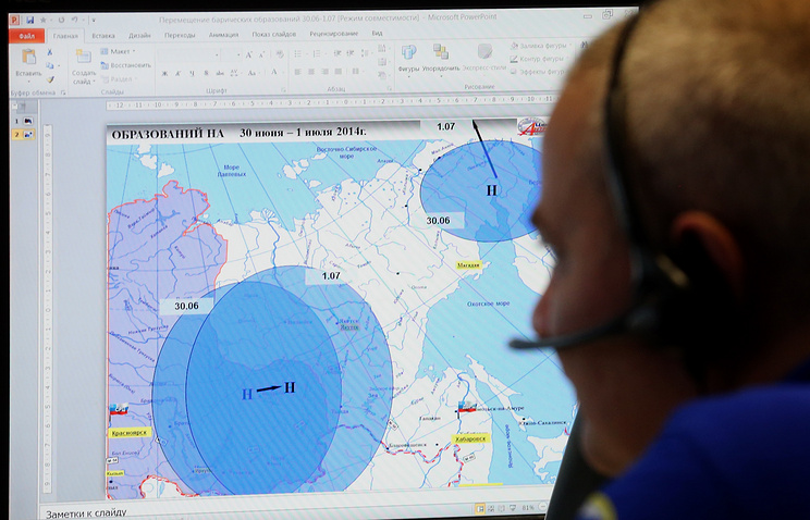A member of the emergency response team monitors weather forecasts for Russia's Far East and Siberia (archive)