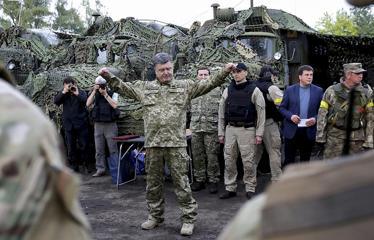 Ukrainian President Petro Poroshenko (C) speaking with soldiers at the headquarters of anti-terrorist operation (ATO) near Izyum of Kharkiv area
