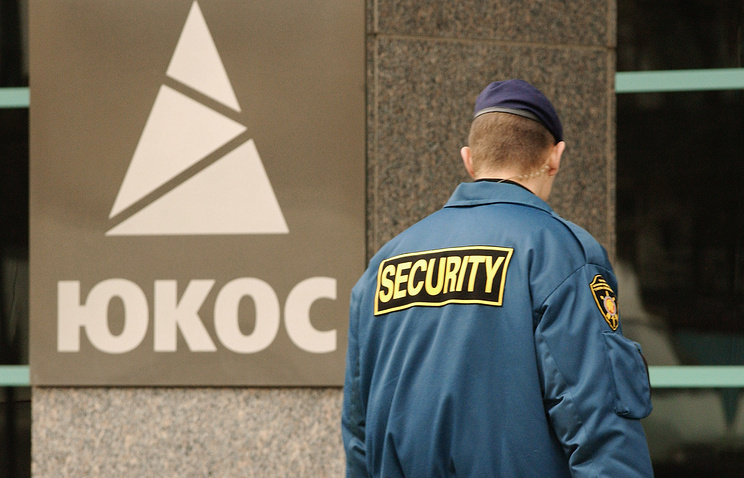 A security guard at the headquarters of Yukos in 2004