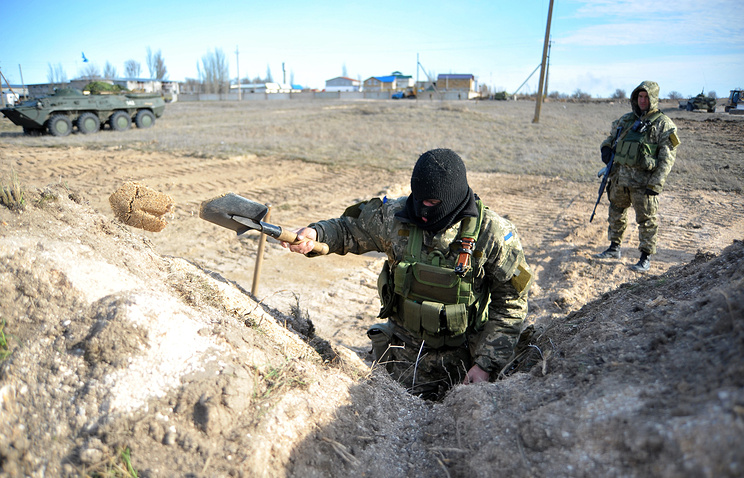 Ukrainian soldiers build trenches