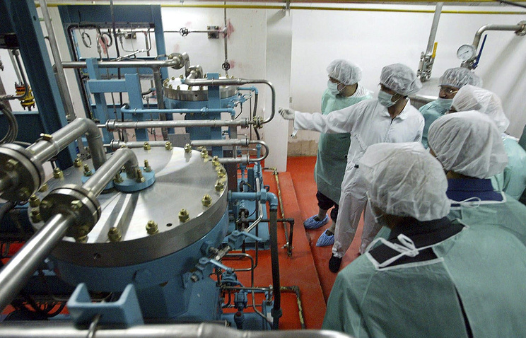 Iranian experts inspect the nuclear plant in Isfahan (archive)