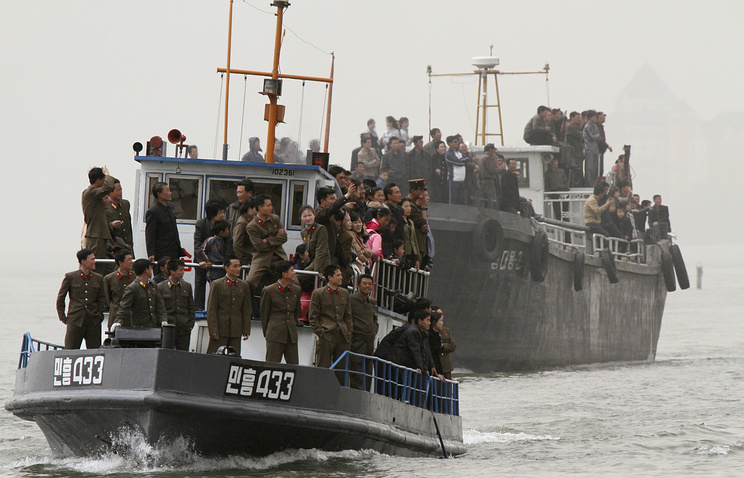 A North Korean patrol boat carrying sight-seeing soldiers (archive)