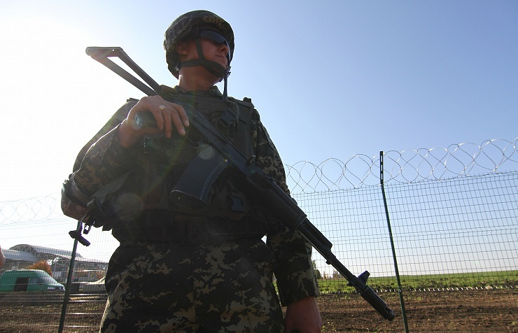 Ukrainian army serviceman near Russian-Ukrainian border (archive)