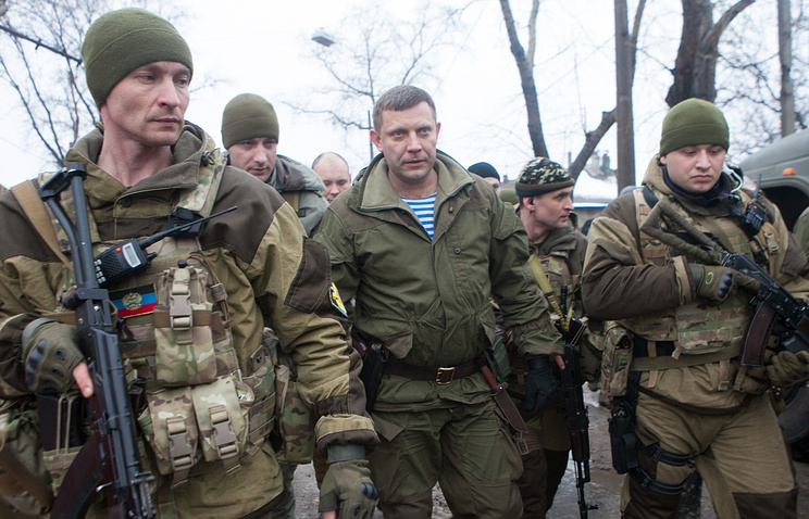 DPR head Alexander Zakharchenko (center)