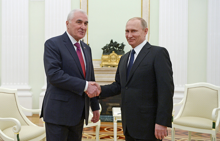 South Ossetian and Russian presidents Leonid Tibilov and Vladimir Putin