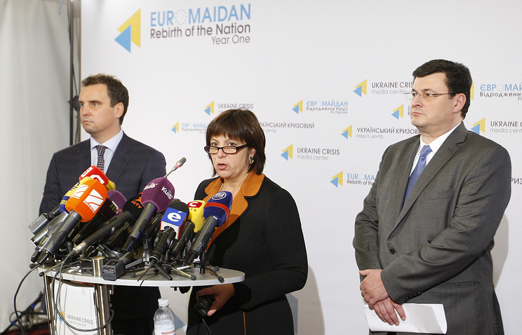 Natalie Jaresko (center) at a news conference