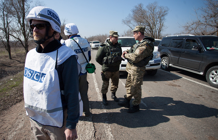 OSCE observers and Ukrainian soldiers near the village of Shirokino
