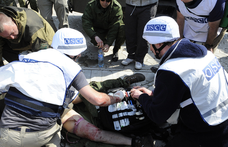 OSCE observers provide first aid to the reporter