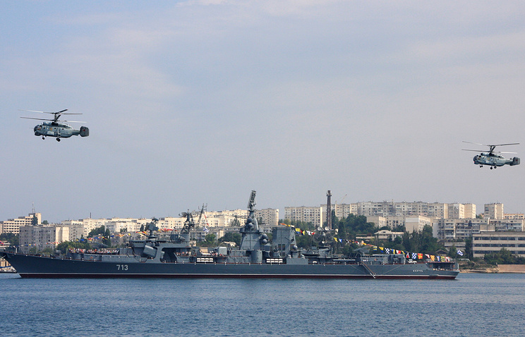Russian Black Sea Fleet ship and helicopters during a naval parade rehearsal (archive)