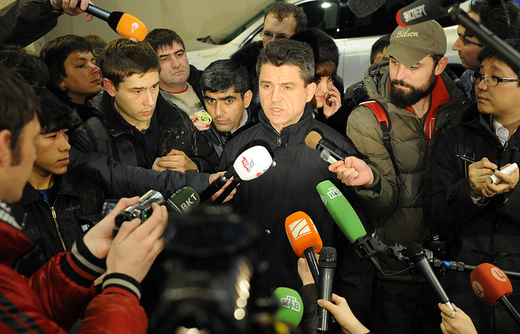 Russia's Investigative Committee spokesman Vladimir Markin surrounded by reporters (archive)
