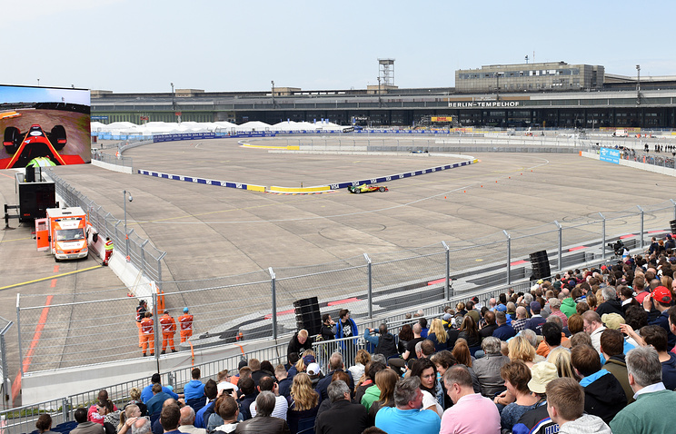Spectators watch the qualifying of the FIA Formula E race at the former Tempelhof Airport in Berlin