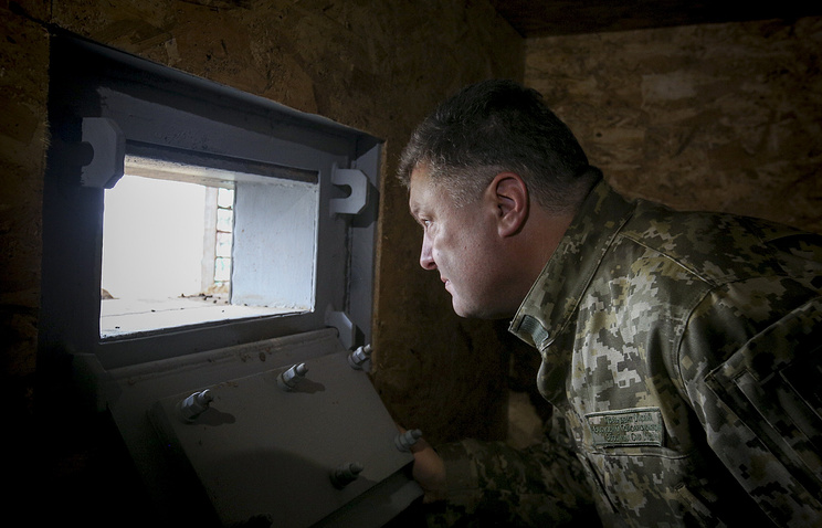 Petro Poroshenko inspecting fortifications, Jun. 2015