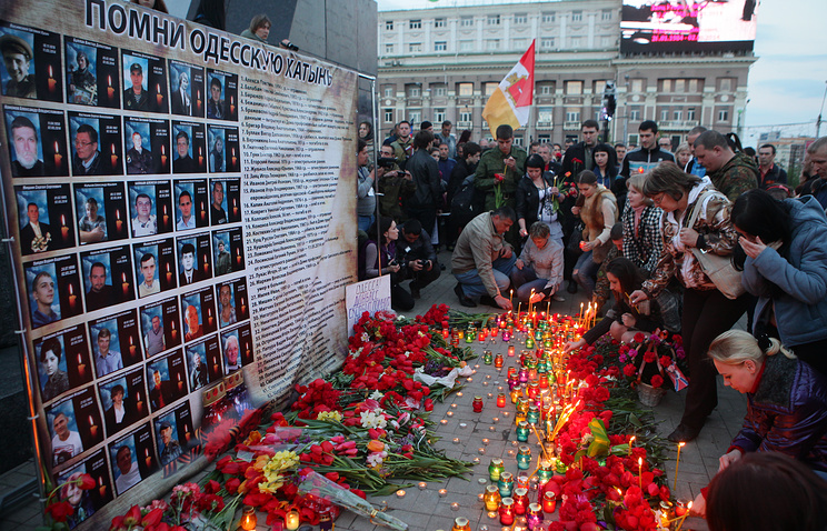 People laying flowers during an event commemorating victims of Trade Union House tragedy in Odessa (archive)