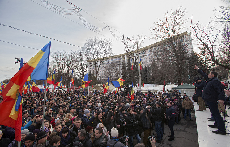 Moldovan citizens, supporters of Our Party at a protest in front of Parliament in Chisinau