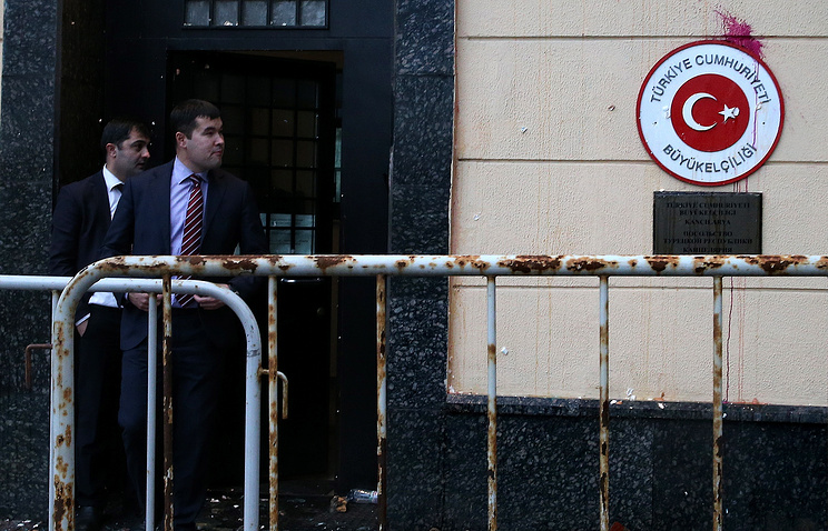 Turkish Embassy in Moscow after a protest over downed Russian jet, November 26, 2015