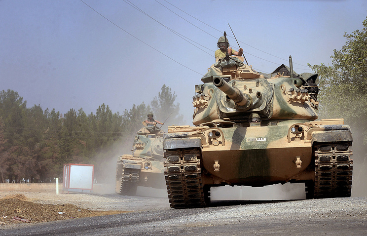 Turkish tanks heading towards the Syrian border