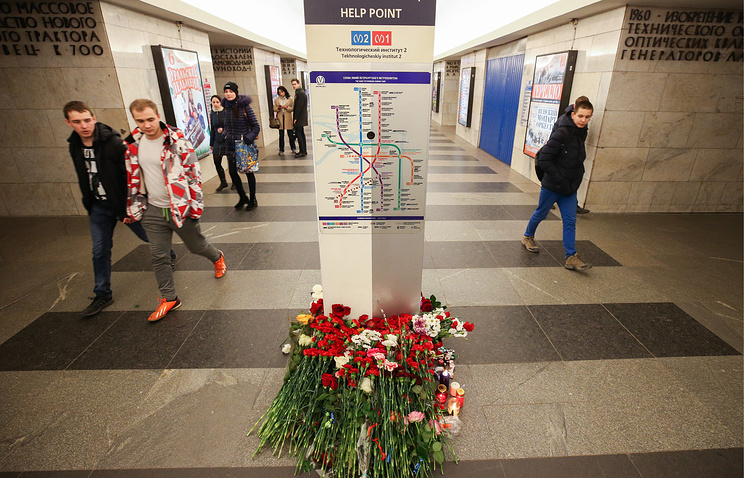 Flowers in memory of the victims of the St Petersburg metro explosion at Tekhnologichesky Institut Station