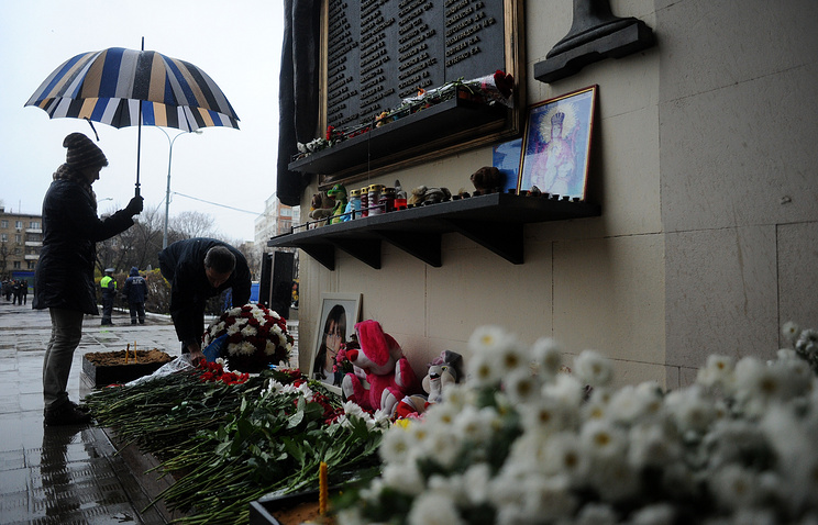 Flowers laid to commemorate victims of the 2002 Nord-Ost siege at Dubrovka theatre