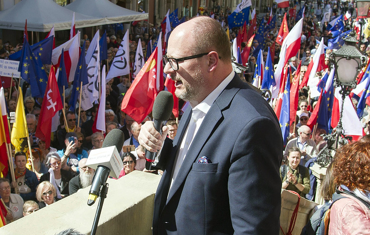 Gdansk mayor Pawel Adamowicz stabbed in heart on stage during charity event