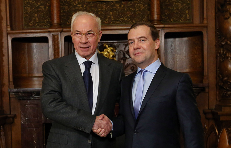 (L-R) Ukraine's PM Nikolai Azarov and Russian Prime Minister Dmitry Medvedev
